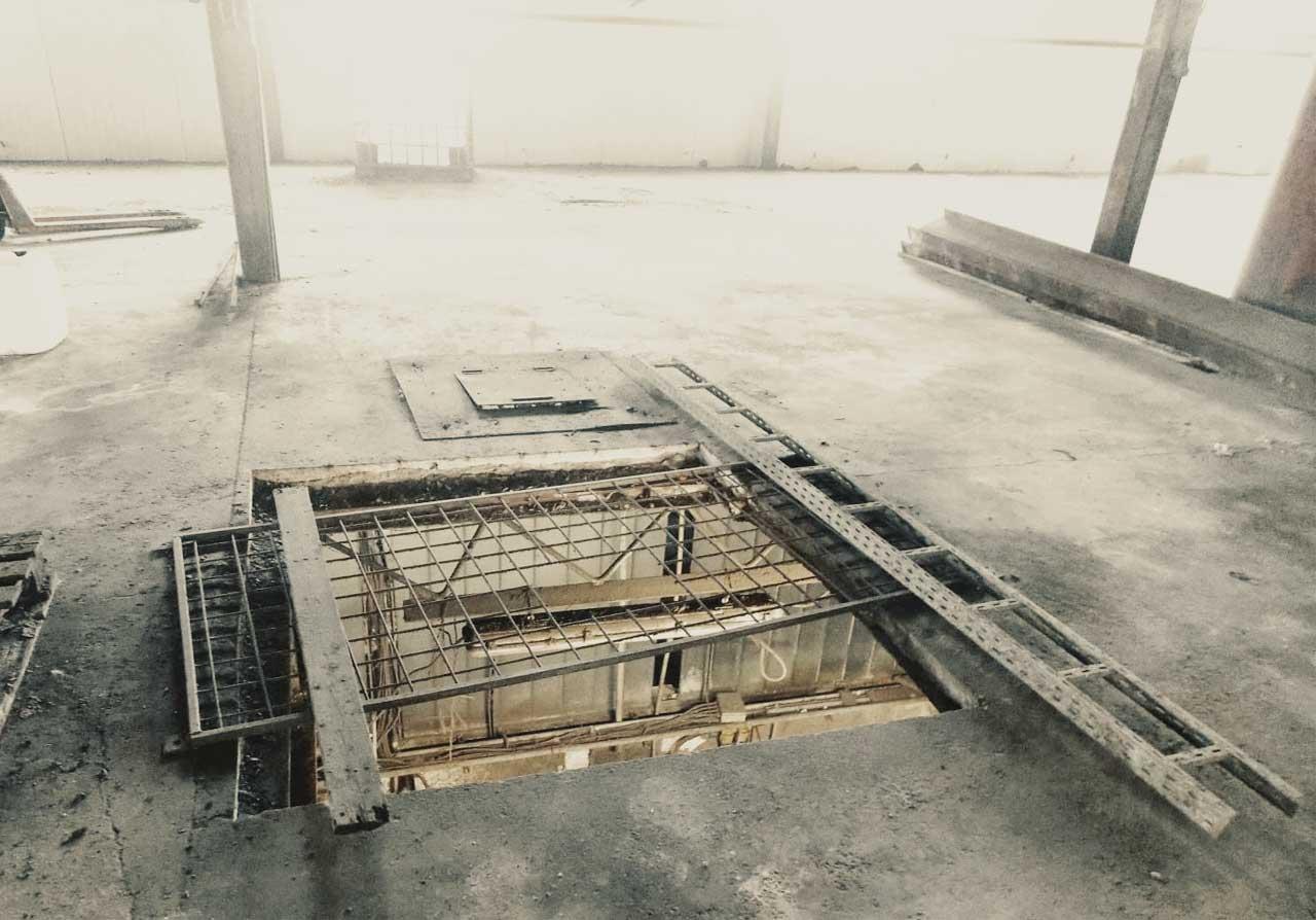 Nevhodně zajištěný otvor v podlaze