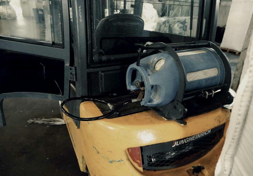 Plynová hadice přesahuje obrys vozíku