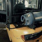 Hadice od plynové láhve přesahuje obrys vozíku