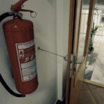 Požární dveře uvázané v otevřené poloze