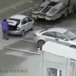 Couvající řidič nákladního vozidla nevidí za sebe...
