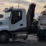 S nákladním vozidlem se otáčí za provozu na silnici