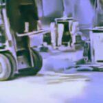 Tragický pád z vidlic vozíku při převážení břemene