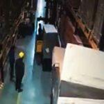 Vozíkem zdvižené břemene spadne na zaměstnance