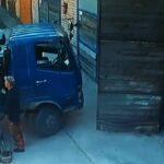 Nepovedená vykládka nákladního vozidla pomocí hydraulické ruky