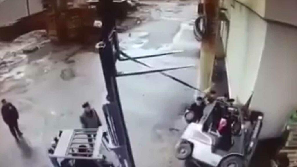 Převrácený vozík přimáčkne obsluhu