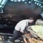 Muž při uvolňování materiálu spadne do lisu