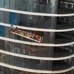 Uvolněná plošina na mytí oken ve větru