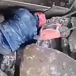 Pracovní úraz při uvolňování zaseknutého kamene z násypky drtiče