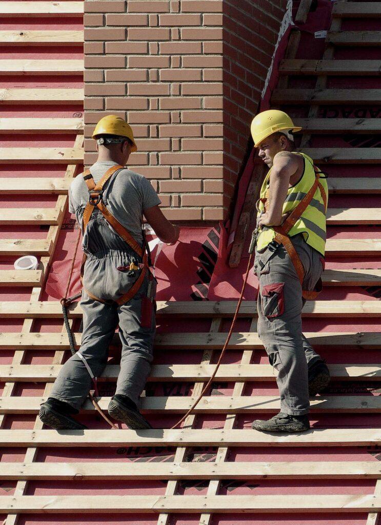 Použití ochranných přileb při práci na střeše