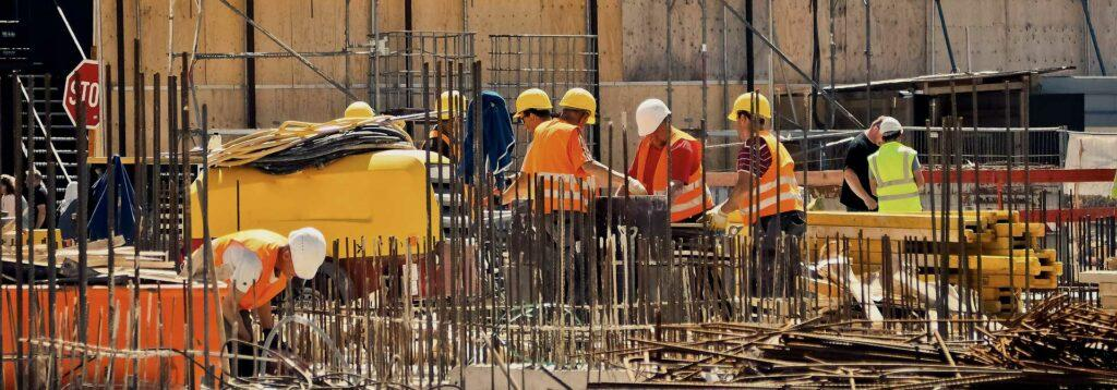 Přilby na staveništi