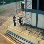 Tři muži při manipulaci s lešením utrpí úraz elektrickým proudem