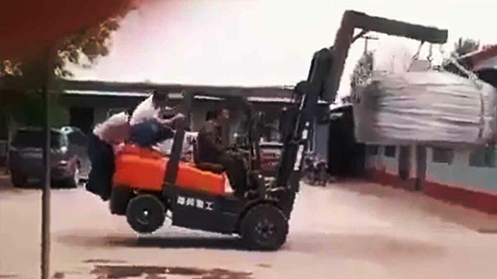 Vozík se převrátí i se zaměstnanci