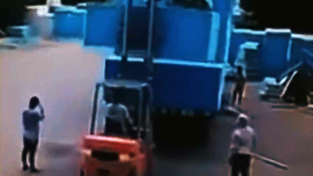 Vozíkem zdvihají břemeno i se zaměstnancem