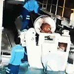 Zaměstnance při údržbě zachytí a vtáhne rotující část stroje