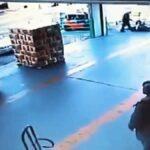 Muže přehlédne a přejede vysokozdvižný vozík
